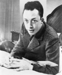 Albert_Camus,_gagnant_de_prix_Nobel,_portrait_en_buste,_posé_au_bureau.jpg